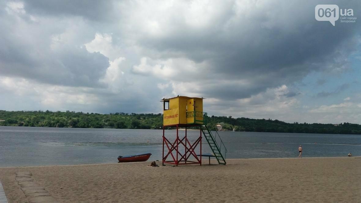 Навесы без крыши, неубранная плитка и деревянные спуски: как коммунальщики в Запорожье благоустроили пляж, – ФОТОРЕПОРТАЖ, фото-3