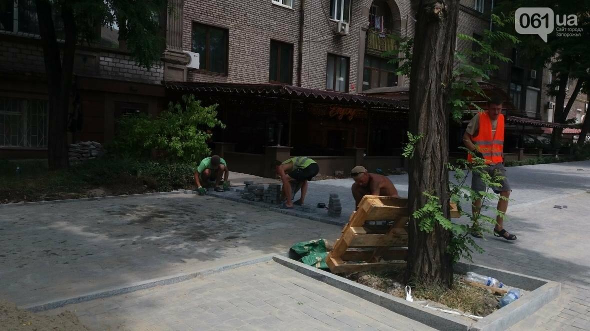 На проспекте Маяковского в Запорожье обустраивают тротуар и новые паркоместа, – ФОТОРЕПОРТАЖ, фото-1