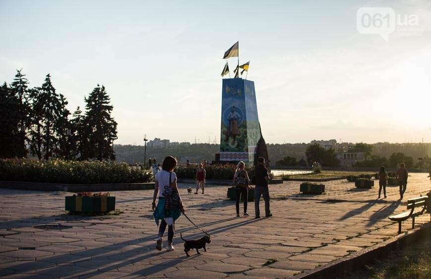 Ямы, разбитая плитка и переполненные урны: фотопрогулка возле речного порта и площади Запорожской, фото-1