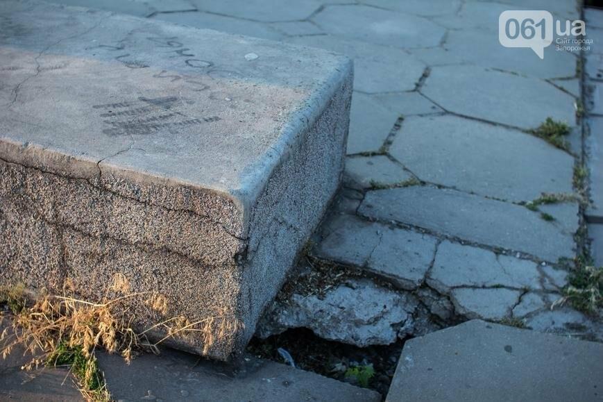 Ямы, разбитая плитка и переполненные урны: фотопрогулка возле речного порта и площади Запорожской, фото-24