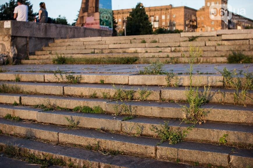 Ямы, разбитая плитка и переполненные урны: фотопрогулка возле речного порта и площади Запорожской, фото-12
