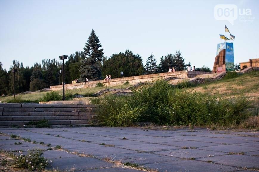 Ямы, разбитая плитка и переполненные урны: фотопрогулка возле речного порта и площади Запорожской, фото-18