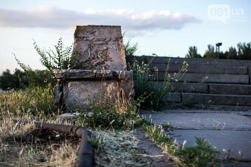 Ямы, разбитая плитка и переполненные урны: фотопрогулка возле речного порта и площади Запорожской, фото-21