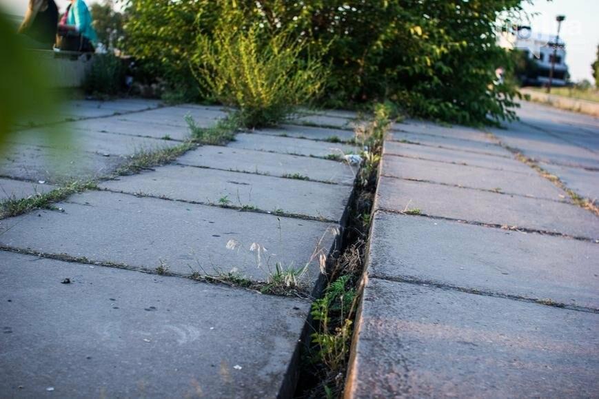 Ямы, разбитая плитка и переполненные урны: фотопрогулка возле речного порта и площади Запорожской, фото-19