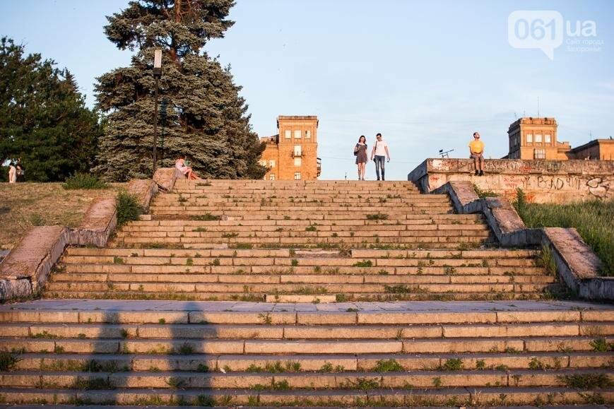 Ямы, разбитая плитка и переполненные урны: фотопрогулка возле речного порта и площади Запорожской, фото-13