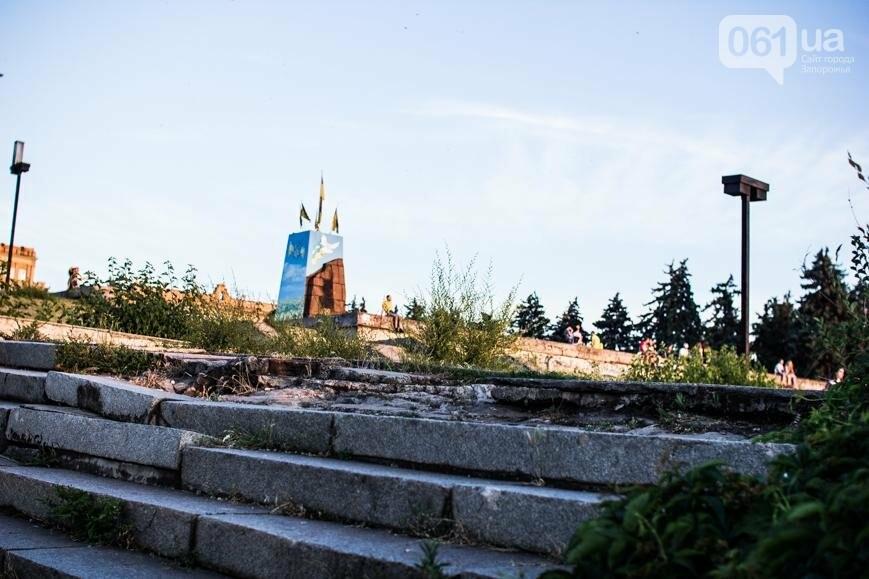 Ямы, разбитая плитка и переполненные урны: фотопрогулка возле речного порта и площади Запорожской, фото-10