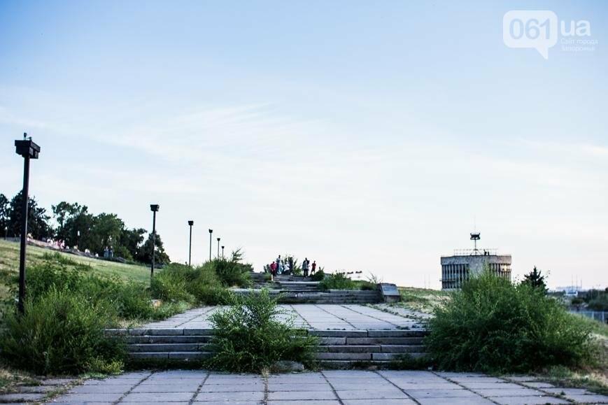 Ямы, разбитая плитка и переполненные урны: фотопрогулка возле речного порта и площади Запорожской, фото-28