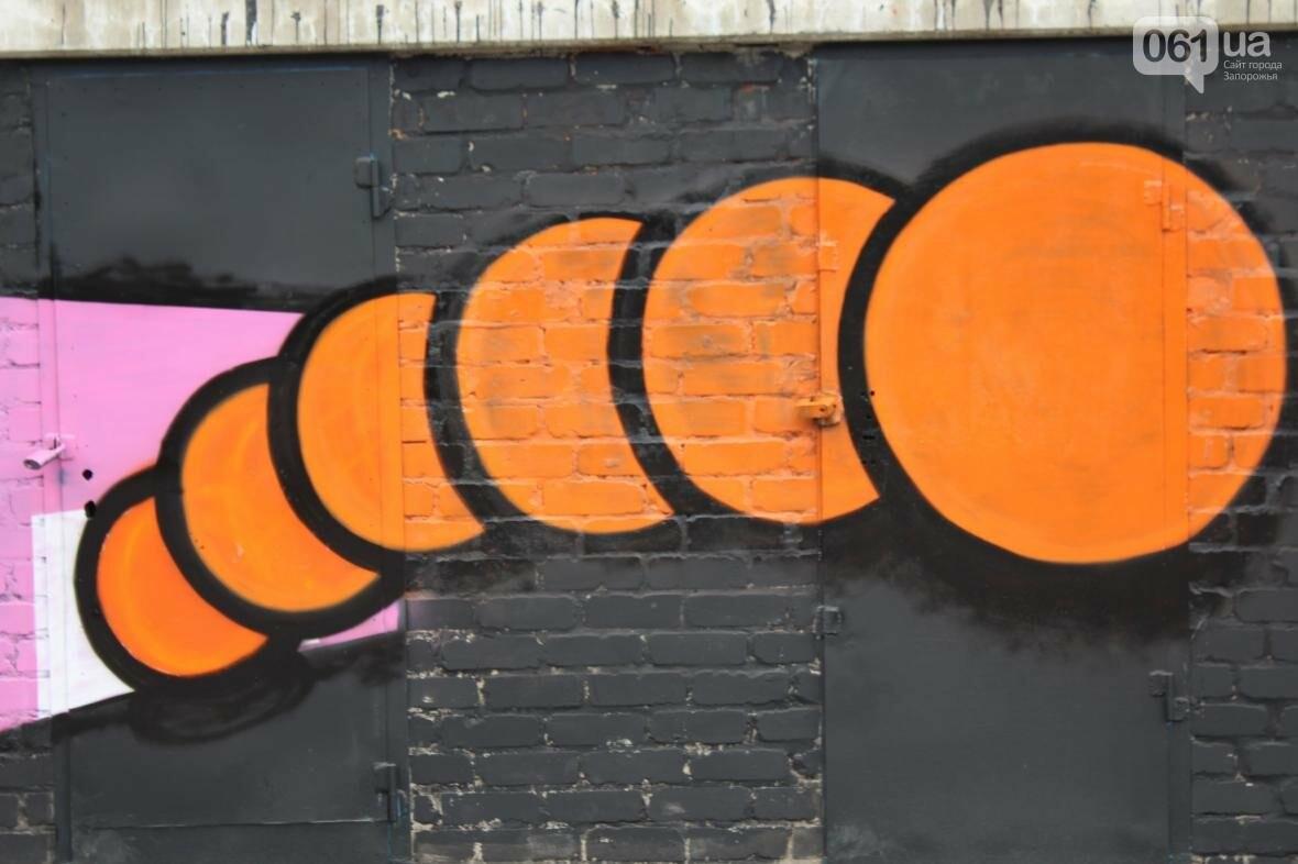 В Запорожье стадион «Локомотив» разрисовали граффити, — ФОТОРЕПОРТАЖ, фото-1