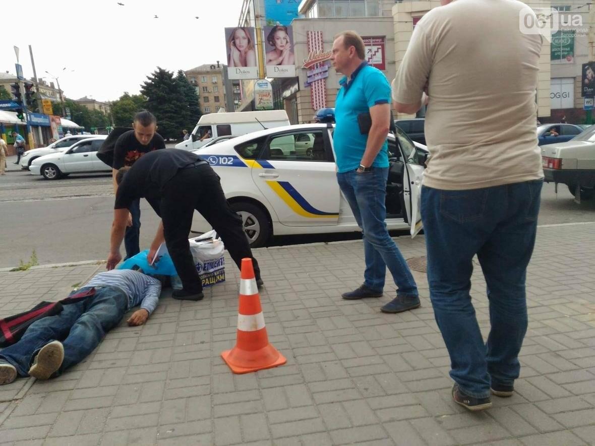 """В Запорожье возле ЦТ """"Украина"""" на улице умер человек, - ФОТО 18+, фото-1"""