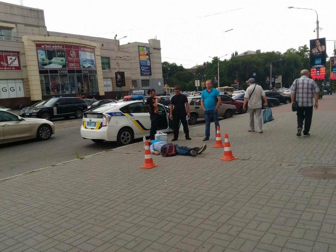 """В Запорожье возле ЦТ """"Украина"""" на улице умер человек, - ФОТО 18+, фото-2"""