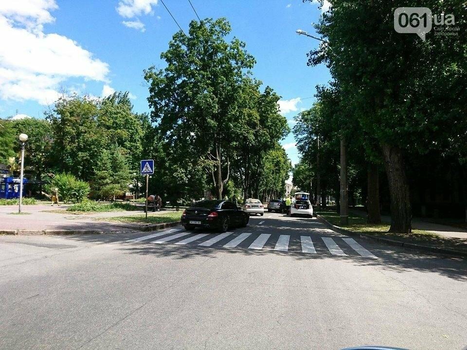 В центре Запорожья столкнулись иномарки: «Geely» потеряла колесо, - ФОТО, фото-2