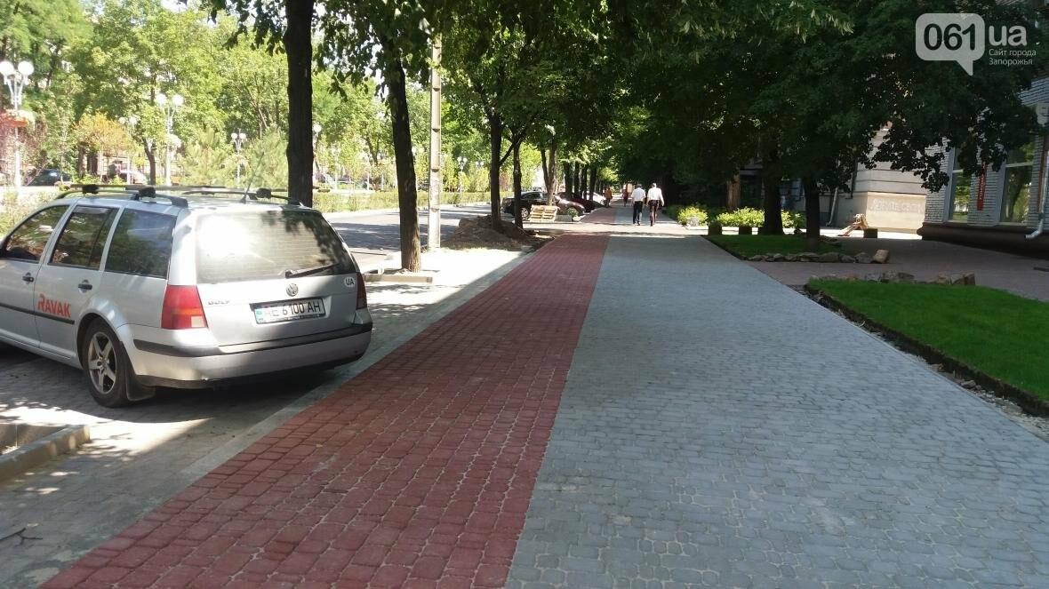 В Запорожье наполовину закончили реконструкцию дороги на Маяковского: обновили асфальт, тротуар и сделали парковки, — ФОТОРЕПОРТАЖ, фото-1