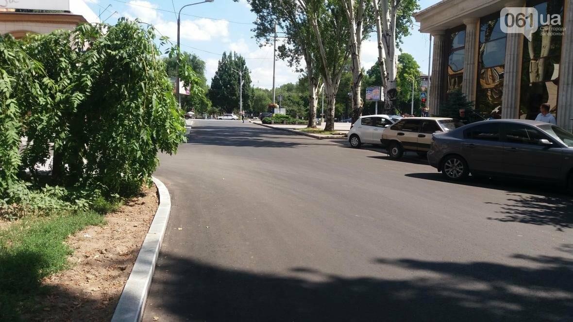 В Запорожье наполовину закончили реконструкцию дороги на Маяковского: обновили асфальт, тротуар и сделали парковки, — ФОТОРЕПОРТАЖ, фото-3