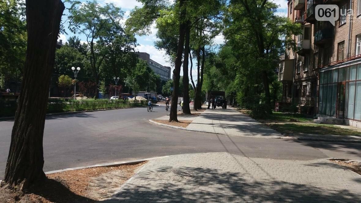 В Запорожье наполовину закончили реконструкцию дороги на Маяковского: обновили асфальт, тротуар и сделали парковки, — ФОТОРЕПОРТАЖ, фото-4