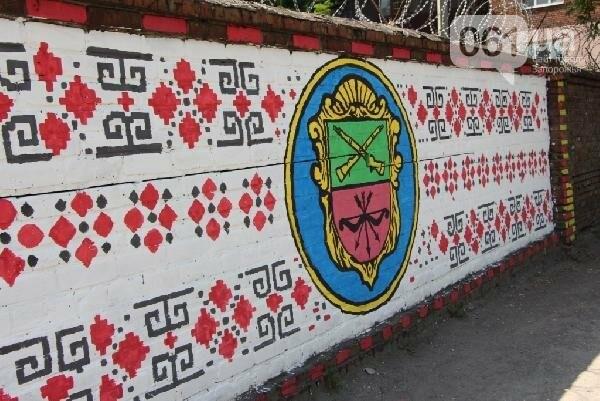 Стало известно, кто рисует вышиванку и козака на заборе в Заводском районе, - ФОТО , фото-3