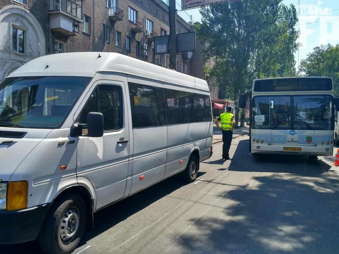 В Запорожье автобус врезался в маршрутку: водитель забыл поставить авто на «ручник», — ФОТО, фото-3