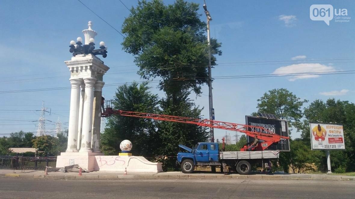 Колонны моста на 12 апреля, который трижды перекрашивал запорожец Харьковской, снова ремонтируют коммунальщики, — ФОТО, фото-1