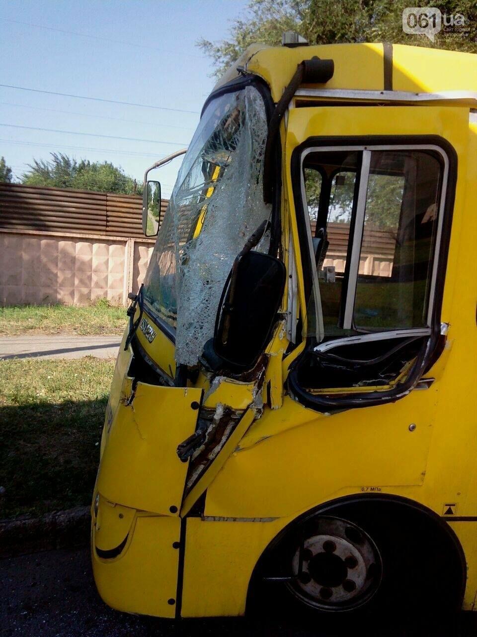 """В Запорожье столкнулись автобус """"Богдан"""" и фура, двое пострадавших, - ФОТО , фото-1"""