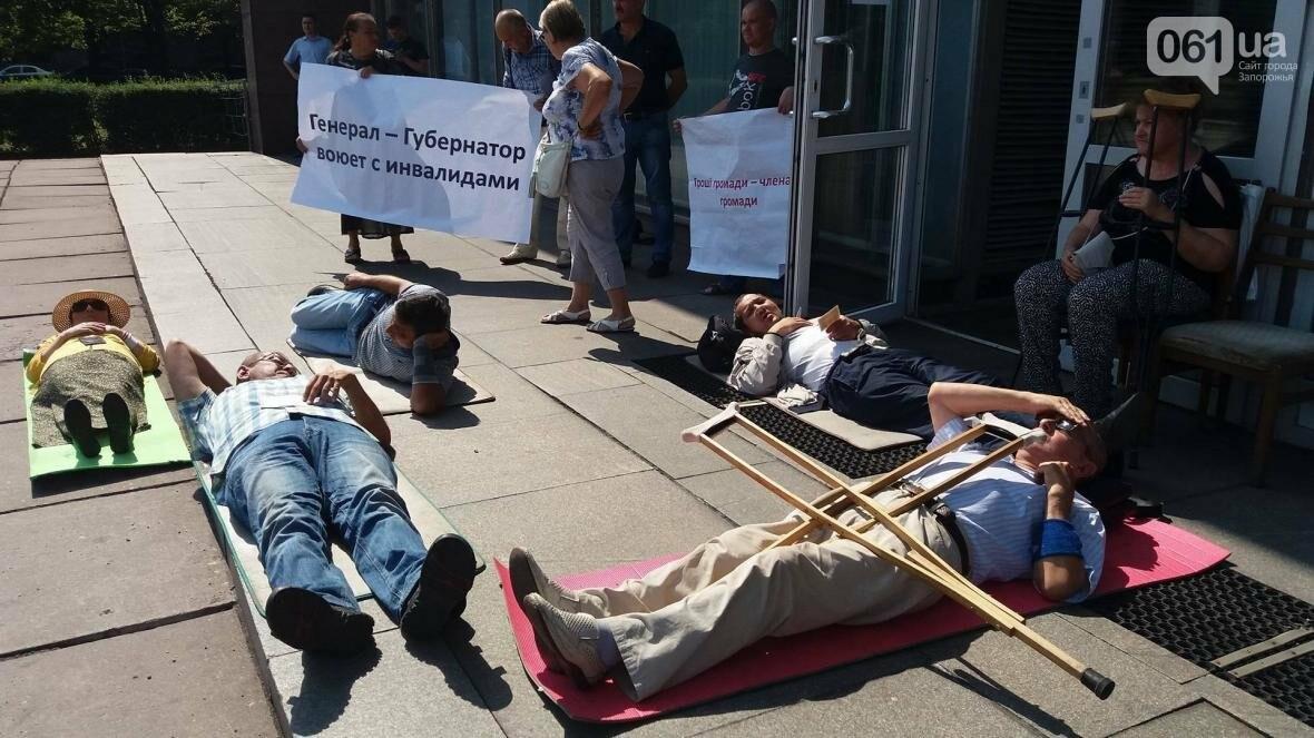 """""""Они переступают через нас"""": в Запорожье пациенты гемодиализа устроили лежачий протест перед входом в облсовет, - ФОТОРЕПОРТАЖ , фото-10"""