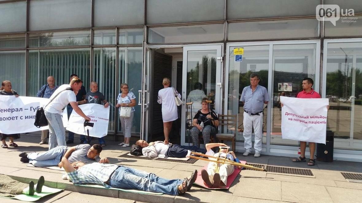 """""""Они переступают через нас"""": в Запорожье пациенты гемодиализа устроили лежачий протест перед входом в облсовет, - ФОТОРЕПОРТАЖ , фото-3"""