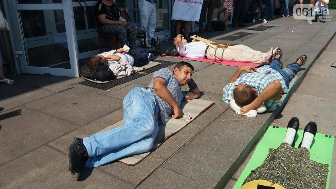 """""""Они переступают через нас"""": в Запорожье пациенты гемодиализа устроили лежачий протест перед входом в облсовет, - ФОТОРЕПОРТАЖ , фото-5"""