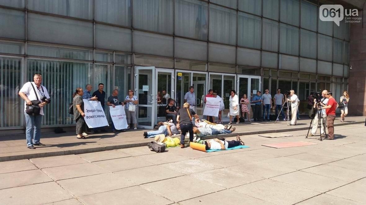 """""""Они переступают через нас"""": в Запорожье пациенты гемодиализа устроили лежачий протест перед входом в облсовет, - ФОТОРЕПОРТАЖ , фото-2"""