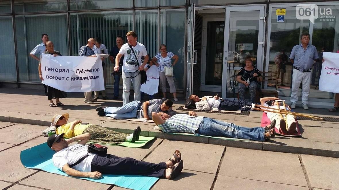 """""""Они переступают через нас"""": в Запорожье пациенты гемодиализа устроили лежачий протест перед входом в облсовет, - ФОТОРЕПОРТАЖ , фото-4"""