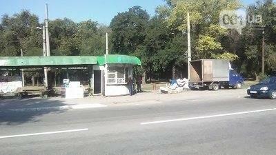 В Запорожье на Кичкасе демонтировали киоск, в котором жили бездомные, — ФОТО, фото-1