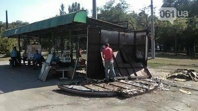В Запорожье на Кичкасе демонтировали киоск, в котором жили бездомные, — ФОТО, фото-5