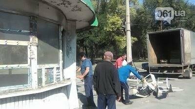 В Запорожье на Кичкасе демонтировали киоск, в котором жили бездомные, — ФОТО, фото-3