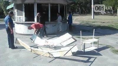 В Запорожье на Кичкасе демонтировали киоск, в котором жили бездомные, — ФОТО, фото-2