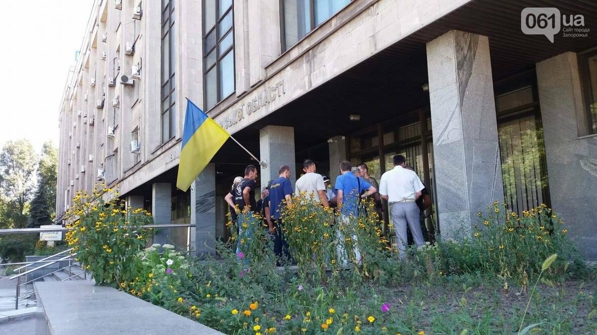 "В Запорожье возле суда демонстративно вытерли ноги о флаг ""Оппоблока"", - ФОТО, ВИДЕО, фото-3"