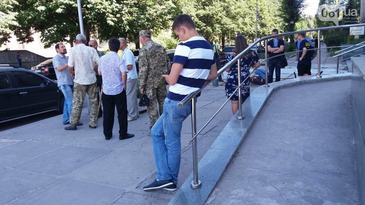 "В Запорожье возле суда демонстративно вытерли ноги о флаг ""Оппоблока"", - ФОТО, ВИДЕО, фото-1"