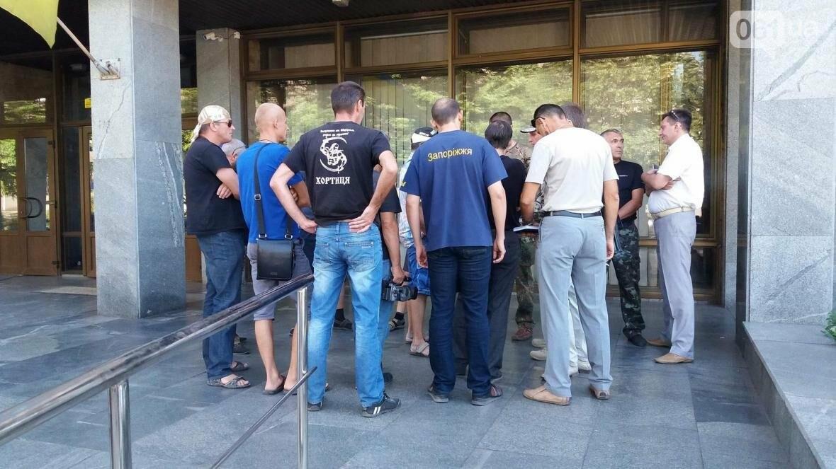 "В Запорожье возле суда демонстративно вытерли ноги о флаг ""Оппоблока"", - ФОТО, ВИДЕО, фото-4"