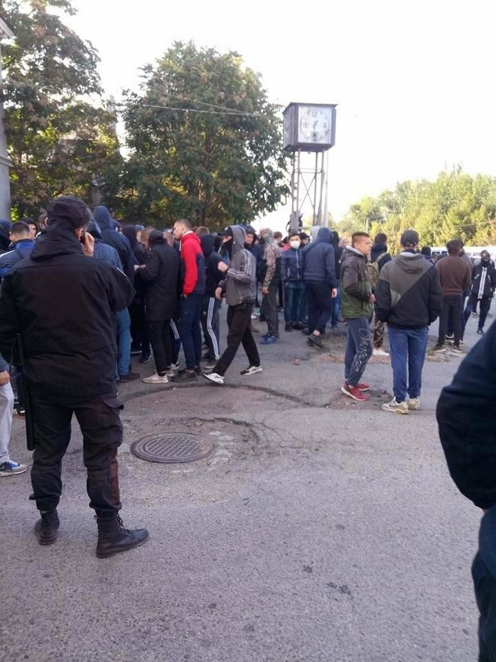 В Запорожье на Фестивале равенства парни в балаклавах распылили газ: что происходит (хронология событий) , фото-1