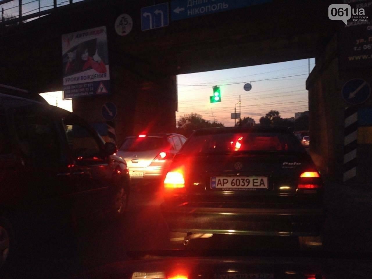Из-за аварии маршруток на плотине в Запорожье пробка аж от площади Поляка, - фото с места ДТП, фото-14