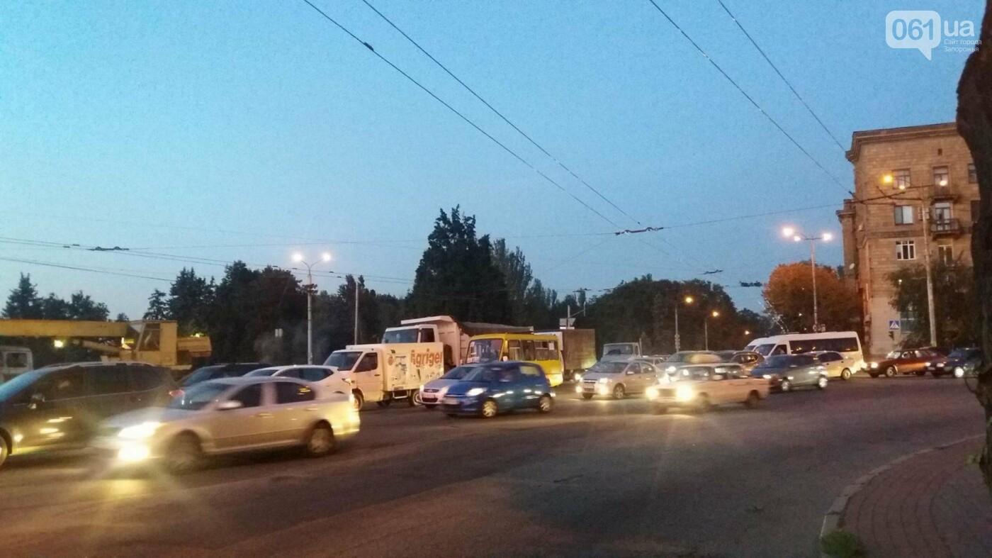 Из-за аварии маршруток на плотине в Запорожье пробка аж от площади Поляка, - фото с места ДТП, фото-12
