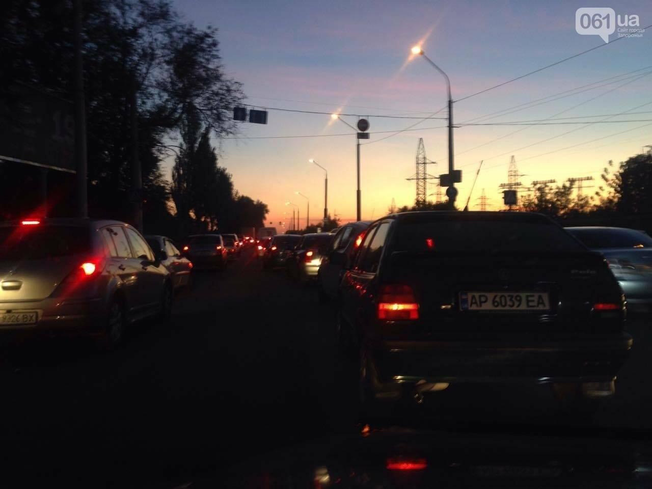 Из-за аварии маршруток на плотине в Запорожье пробка аж от площади Поляка, - фото с места ДТП, фото-13