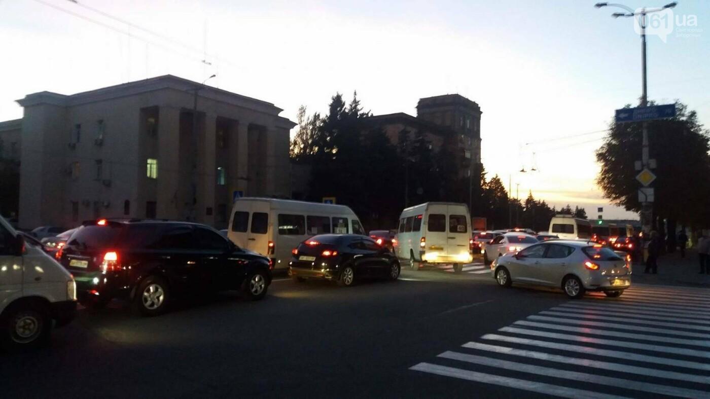 Из-за аварии маршруток на плотине в Запорожье пробка аж от площади Поляка, - фото с места ДТП, фото-8