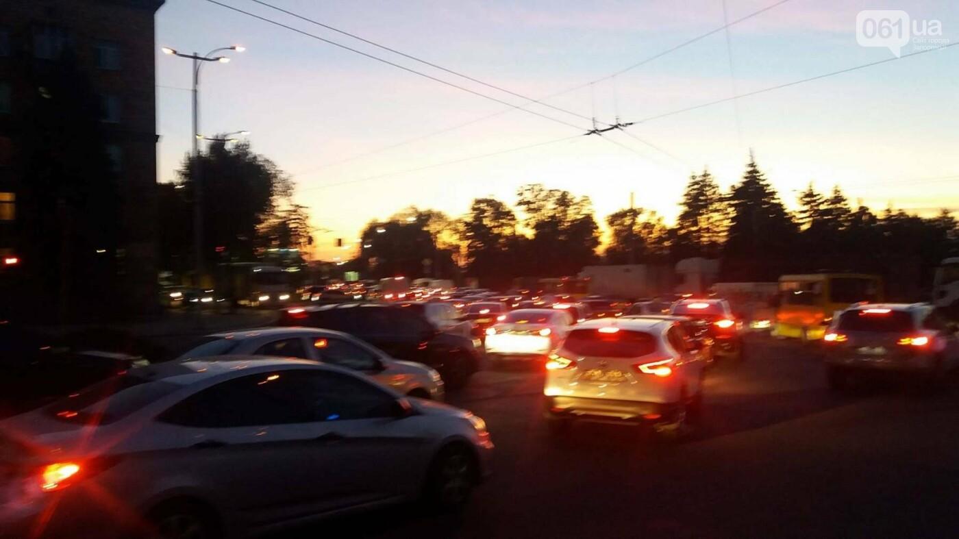 Из-за аварии маршруток на плотине в Запорожье пробка аж от площади Поляка, - фото с места ДТП, фото-9