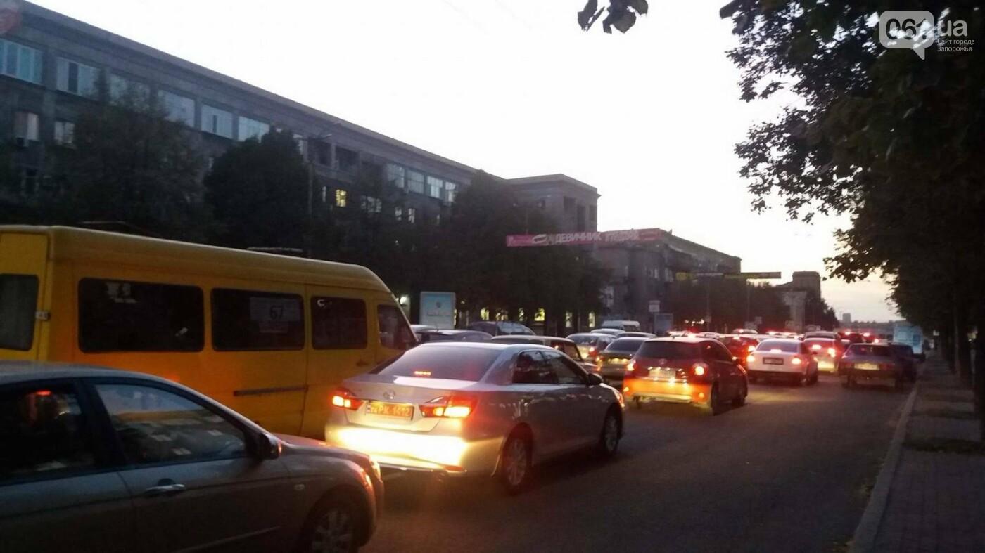 Из-за аварии маршруток на плотине в Запорожье пробка аж от площади Поляка, - фото с места ДТП, фото-7