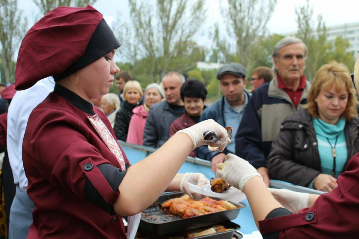 В Запорожье на ярмарке под баян начали раздавать голубцы: пока без драк, - ФОТОРЕПОРТАЖ, фото-3