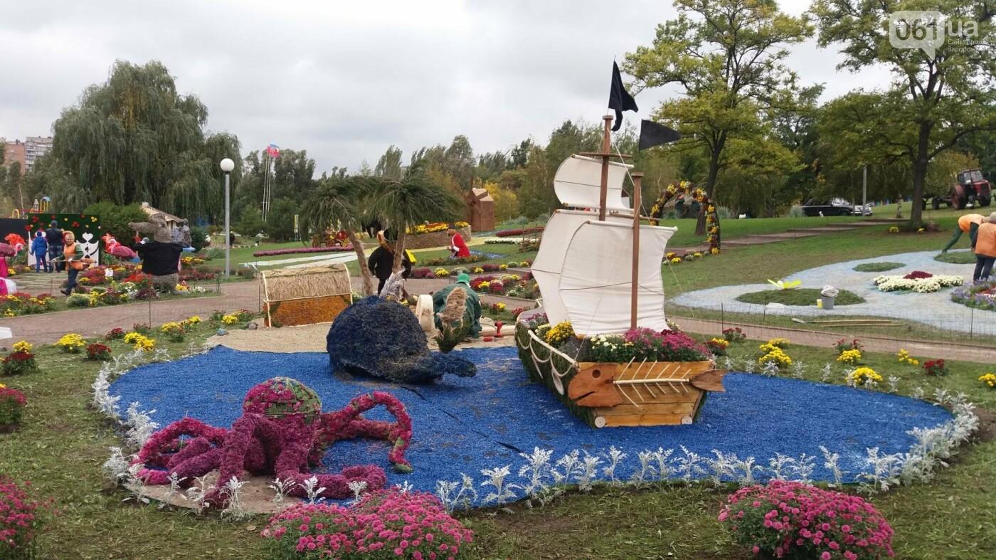 Покалеченный козак, сломанный конь и украденные цветы: запорожцы затоптали цветочные композиции ко Дню города, — ФОТОРЕПОРТАЖ, фото-6