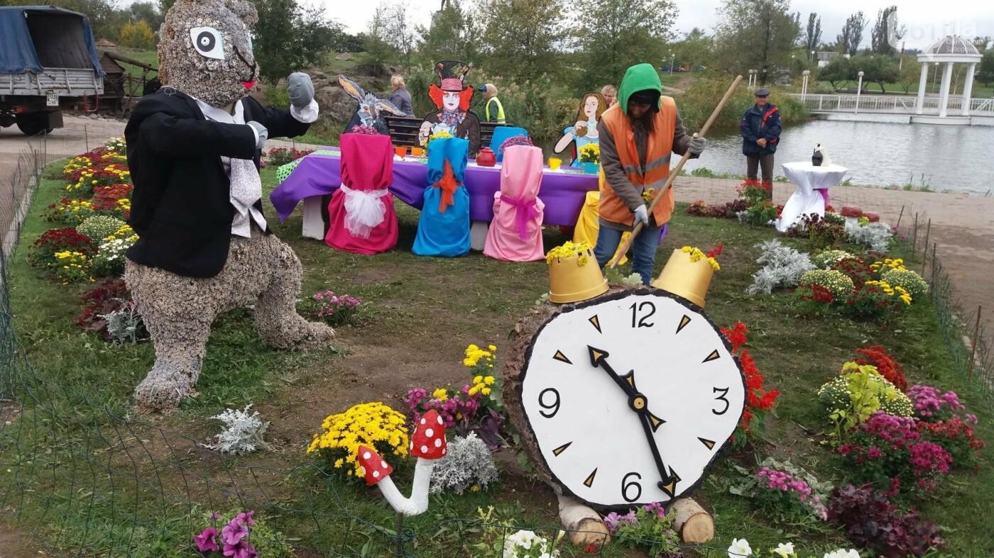 Покалеченный козак, сломанный конь и украденные цветы: запорожцы затоптали цветочные композиции ко Дню города, — ФОТОРЕПОРТАЖ, фото-1