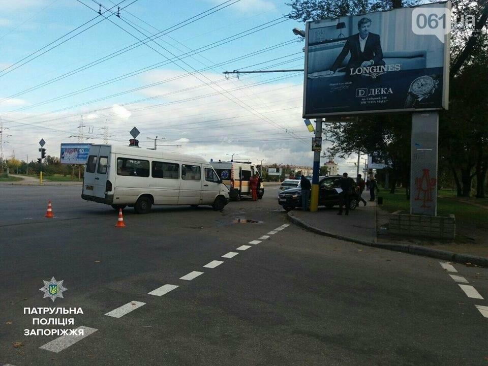В Запорожье на проспекте столкнулись иномарка и маршрутка: есть пострадавшие, - ФОТО, фото-2