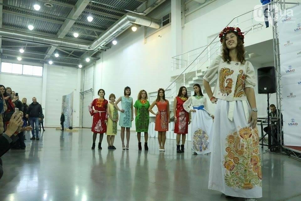 В Запорожье прошел показ авторских платьев, расписанных вручную, - ФОТОРЕПОРТАЖ , фото-19