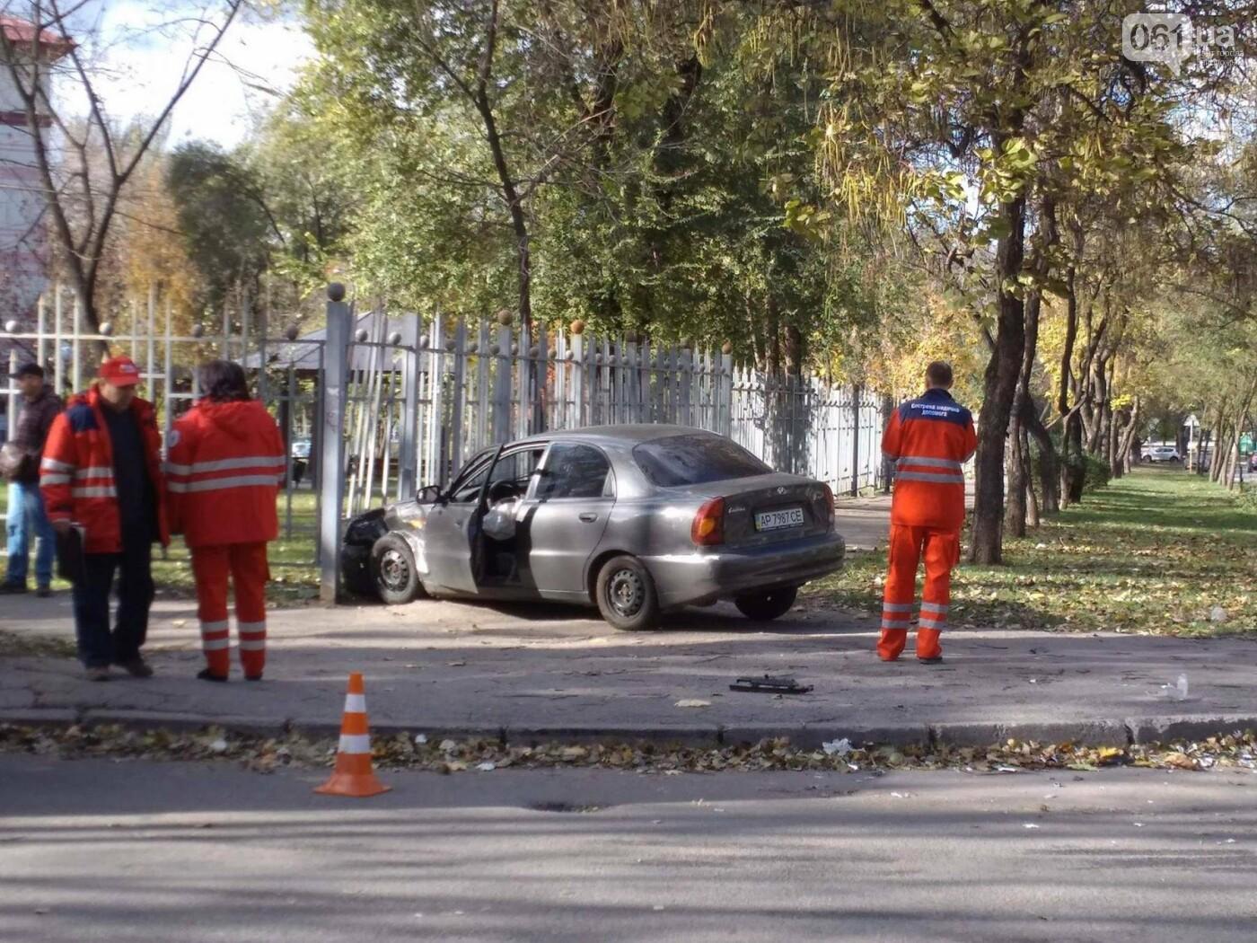 В центре Запорожья Lanos врезался в иномарку, а потом в забор перинатального центра, - ФОТО, фото-3