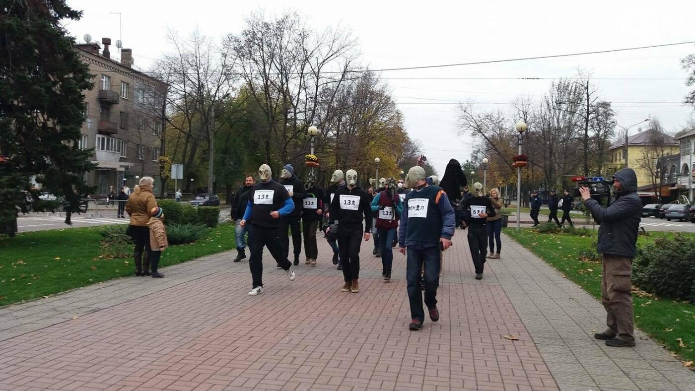 """""""Кашляем дружно"""": перед началом запорожсталевского марафона два десятка людей устроили забег в противогазах, - ФОТО, ВИДЕО, фото-4"""