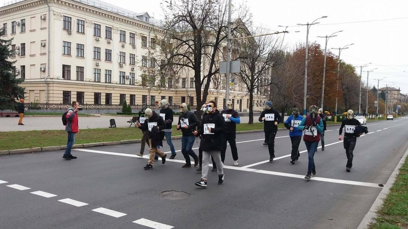 """""""Кашляем дружно"""": перед началом запорожсталевского марафона два десятка людей устроили забег в противогазах, - ФОТО, ВИДЕО, фото-20"""