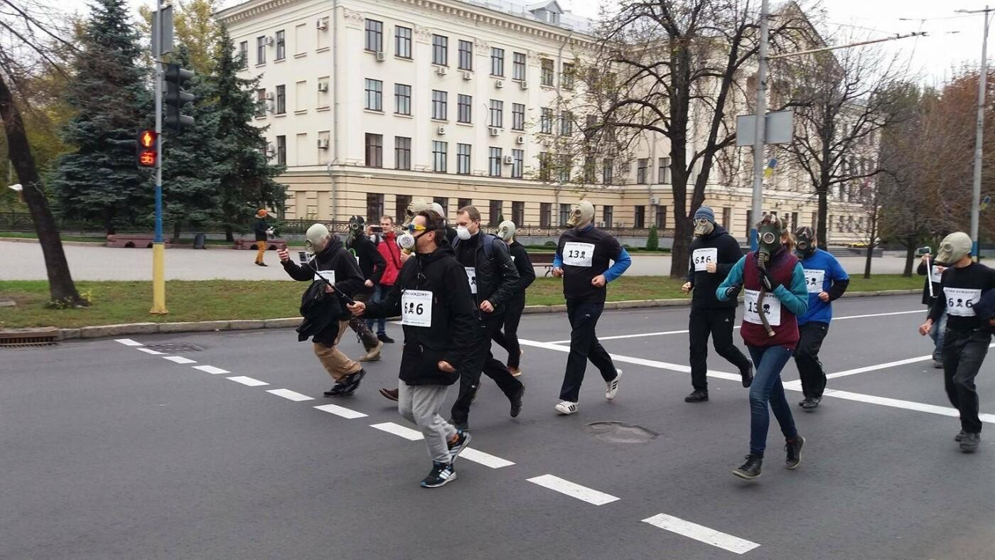 """""""Кашляем дружно"""": перед началом запорожсталевского марафона два десятка людей устроили забег в противогазах, - ФОТО, ВИДЕО, фото-16"""